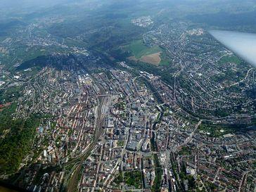Ein Luftbild der Großstadt Pforzheim. Fast soviele Ausländer wie dort leben sind gerade frisch eingewandert.