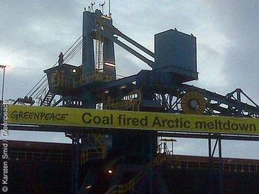 Auf der norwegischen Insel Spitzbergen protestieren Greenpeace-Aktivisten gegen den Abbau von Kohle in der Arktis. Auf mehreren Bannern an einem Verladekran vor der Kohlemine in Svea, ist ihre Botschaft zu lesen. Bild: Greenpeace