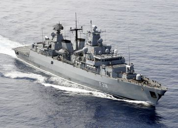 Bundeswehr TV besuchte den Deutschen Marineeinsatzverband auf See und bekam ein abwechslungsreiches Programm geboten. Unter anderem wurde Boarding; Anfl¸ge und Landungen des SeaLynx MK88A und ein RAS Manvöver mit dem EGV Frankfurt am Main gezeigt.