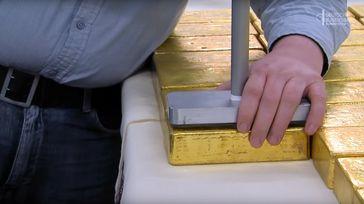 Goldbarren werden gestempelt (Symbolbild)
