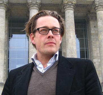 Konstantin von Notz vor dem Bundestag in Berlin Oktober 2009