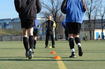 Fußballtraining und Fußballtrainer (Symbolbild)