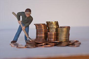 Politiker machen großartige Steuersenkungsprogramme für die scheinbar kleinen Leute: Immerhin ein paar Euro mehr. Dafür gibts dann 2 Kaffee am Automaten zusätzlich... (Symbolbild)