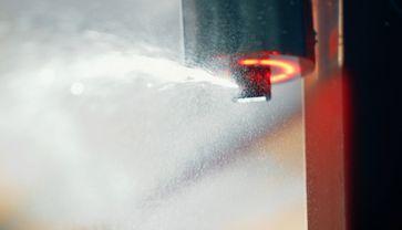 Das System wird an der Decke befestigt und erkennt Brände über seine Kamera. Das Feuer wird dann mit Löschmittel gelöscht. Bild: Guardian Technologies GmbH Fotograf: Guardian Technologies GmbH