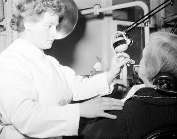 Zahnarzt um 1956: Zwischenzeitlich wurde der Zahnarztpraxis in Deutschland jedwede Wissenschaftlichkeit aberkannt.