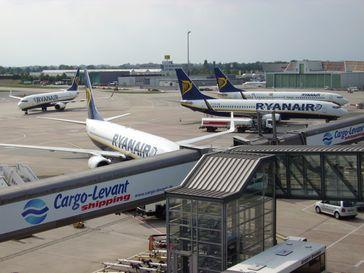 Vier Boeing 737-800 der Ryanair auf dem Flughafen Bremen