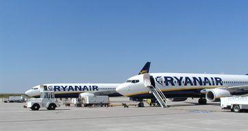 Zwei Boeing 737-800 der Ryanair auf dem Flughafen Frankfurt-Hahn