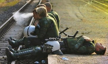 Erschöpfte Polizisten beim G20 Einsatz. (Symbolbild)
