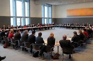 Bundestag beschließt Einsetzung von drei Ausschüssen: Hauptausschuss, einen Petitionsausschuss sowie einen Ausschuss für Wahlprüfung, Immunität und Geschäftsordnung