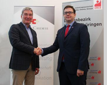 """V.l.: Thomas Wedekind, Verhandlungsführer der Arbeitgeberseite, und Philipp Mundt, Verhandlungsführer der IG BCE Bild: """"obs/Arbeitgeberverband HessenChemie/Chantal Kirschner"""""""