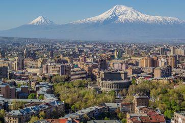 Stadtansicht der armenischen Hauptstadt Jerewan mit Ararat im Hintergrund