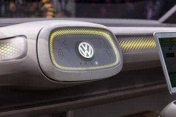 Studie eines optional selbstfahrenden Autos, bei dem sich das Lenkrad auf Knopfdruck in das Armaturenbrett zurückzieht.
