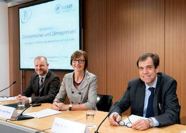 Stellten die neue Leitlinie zum Thema Bruxismus und eine entsprechende Patienteninformation auf der Pressekonferenz in Berlin vor: (v.l.) Dr.  Lange, Prof.  Peroz und Prof.  Walte Quelle: DGZMK/Lopata (idw)