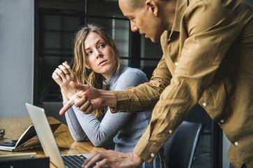 Nach unten treten: Wie Mitarbeiter zukünftige Rivalen kleinhalten Quelle: Foto: Pixabay, rawpixel (idw)
