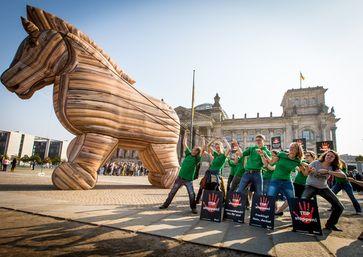 TTIP ist ein Trojanisches Pferd, in dessen Gefolge Standards des Umwelt- und Verbraucherschutzes geschleift und Handlungsspielräume von Regierungen eingeschränkt werden sollen. Protest in Berlin, 16.9.2014, Foto: BUND