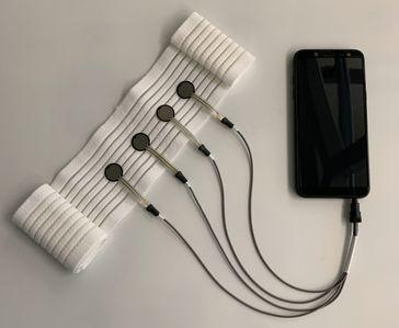 Der textilbasierte Sensor erfasst den Laktatwert in Echtzeit. Quelle: Foto: Titus Martin (idw)