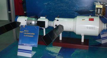 Modell des Nachfolgers Tiangong2 (rechts) mit angedocktem Shenzhou-Raumschiff (links)