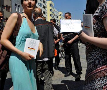 Friedliche Demonstranten für das Grundgesetz (Symbolbild)