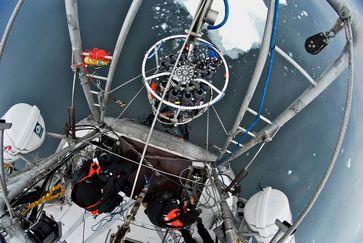 "Forscher an Bord der ""Tara"" holen die Probenrosette aus dem Wasser. Quelle: Tara Ocean Foundation (idw)"