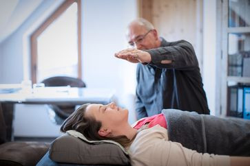 """Behandlung Hypnose Bremen - Hypnotiseur Ewald Pipper / Bild: """"obs/Hypnose Institut/Daniel George"""""""