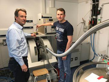 Prof. Dr. Olav Schiemann (links) und Dr. Dinar Abdullin an der Messapparatur im Institut für Physikalische und Theoretische Chemie der Universität Bonn. Quelle: © Foto: PD Dr. Gregor Hagelueken/Uni Bonn (idw)