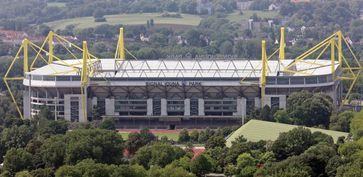 Der Signal Iduna Park (bis 1. Dezember 2005 Westfalenstadion) ist mit 80.667 Zuschauerplätzen[3] in Bundesliga-Konfiguration das größte Fußballstadion Deutschlands.