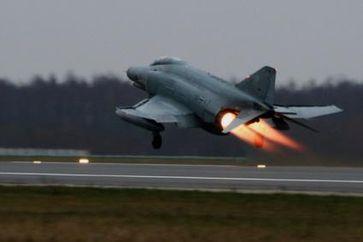 Ein Kampfflugzeug vom Typ F-4F Phantom hebt ab. Soll es vor Terroristen beschützen?