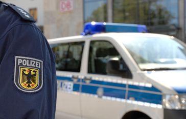 Die Rosenheimer Bundepolizei ermittelt gegen einen unbekannten Schleuser der offenbar drei Migranten im Kofferraum seines Pkw über die deutsch-österreichische Grenze gebracht hat. Bild: Polizei