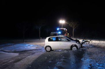 In Schneeverwehungen auf der K1 bei Paderborn-Dahl verunglückte eine junge Fahrerin schwer Bild: Polizei