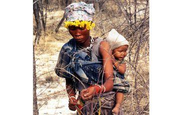Mutter und Kinder vom Volk der Buschleute sammeln Beeren in Botswanas Central Kalahari Game Reserve. Bild: Philippe Clotuche/Survival