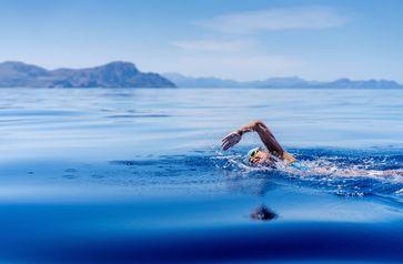 Nathalie Pohl im Mittelmeer auf dem Weg von Menorca nach Mallorca  Bild: NP-Invest GmbH Fotograf: Marc Le Cornu