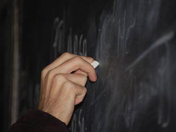 Kratzgeräusche, wie an einer Tafel streifende Fingernägel, sind für viele Personen eine akustische Qual. Bild: 4freephotos.com (idw)