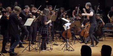Teodor Currentzis (2017) mit Orchester