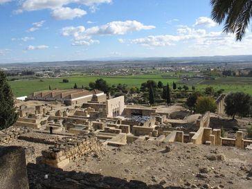 Blick über die islamische Palaststadt Madinat az-Zahra, mit dem Salon Rico und weiteren Residenzbauten. Im Hintergrund Cordoba Quelle: Felix Arnold/DAI (idw)