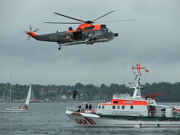 Zusammenarbeit zwischen SAR-Helikopter und Seenotkreuzer
