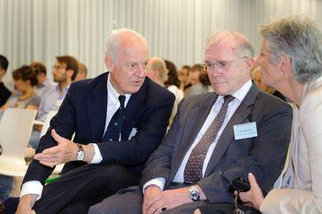 Von links: Staffan de Mistura (Sonderbeauftragter des Generalsekretärs der Vereinten Nationen für Afghanistan) im Gespräch mit Klaus Naumann (ehem. Generalinspekteur der Bundeswehr), (2011), Archivbild