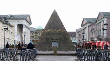 Die Pyramide auf dem Marktplatz von Karlsruhe, das Grabmal des Stadtgründers Karl Wilhelm. Links die Stadtkirche, rechts das Rathaus