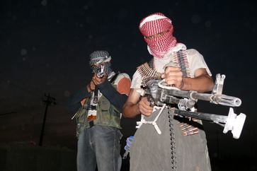 Islamischer Staat: Pair of armed anti-American insurgents from northern Iraq