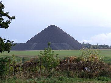 Spuren des Kupferschieferbergbaus im Mansfelder Land: Halde des Ernst-Thälmann-Schachtes bei Siersleben.
