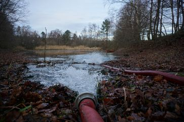 Im Rantzauer Forstweg in Norderstedt musste einem öffentlichen Gewässer wieder ausreichend Wasser zugeführt werden. Bild: Feuerwehr