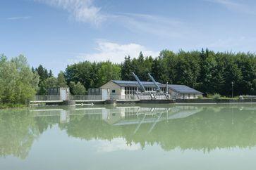 Das Wasserkraftwerk Bad Tölz ist ein Laufwasserkraftwerk an der Isar. Das Kraftwerk liegt wenige Kilometer flussabwärts der Stadt und staut die Isar auf einer Länge von mehr als einem Kilometer. Betreiber des Kraftwerks sind die Stadtwerke Bad Tölz.