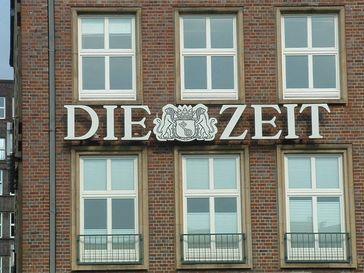 Die Zeit: Das Logo am Hamburger Pressehaus