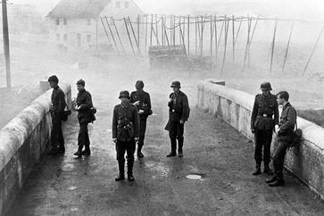 """""""Die Brücke"""": Kurz vor Ende des Zweiten Weltkriegs erhalten Oberschüler den militärisch sinnlosen Auftrag, eine Brücke in ihrem Heimatort zu verteidigen.Bild: ZDF und MDR/Degeto Fotograf: 3sat"""