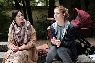 Nika (Pegah Ferydoni) und Manu (Katharina Schlothauer)) / Bild: ZDF Fotograf: Kerstin Stelter