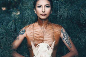 """Auf der ersten indigenen Fashion Week in Toronto präsentieren indigene Designer ihre Kreationen Bild: """"obs/Canadian Tourism Commission"""""""