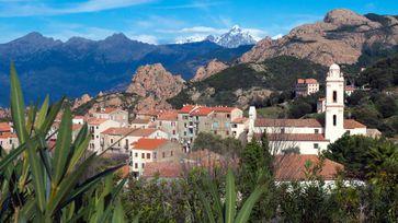 """Kleine alte Dörfer wie Piana sind typisch für Korsika. Durch die schwer zugänglichen Berge liegen sie oft weit voneinander entfernt Bild: """"obs/ZDF"""""""