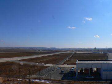 Regionalflughafen Kassel-Calden: Start- und Landebahn mit Taxiway drei Tage vor der Eröffnung
