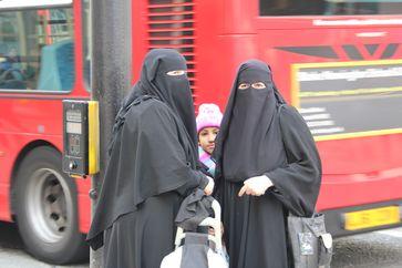 Niqabs mit Stirnband, deren zusätzliche Lagen nach oben geklappt sind
