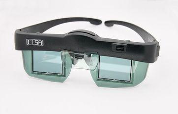 ELSA Revelator, IR-angesteuerte LCD-Shutterbrille für NVidia Grafikkarten. Über dem linken Auge ist der Empfänger für das IR-Synchronisationssignal zu erkennen, über dem Nasenbügel ist das Fach für die beiden Knopfzellen zur Stromversorgung zu sehen. Bild: Afrank99