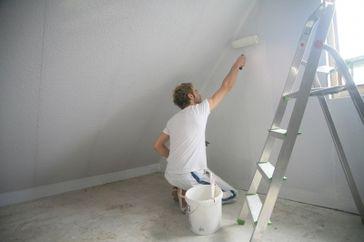 Maler bei Malerarbeiten (Symbolbild)